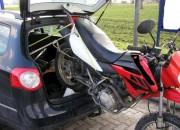 Eine merkwürdige Auffassung von Ladungssicherung zeigte dieser Pkw-Fahrer, der ein Motorrad einfach zum Kofferraum des Wagens hängen ließ (Foto: Polizeipräsidium Südhessen)