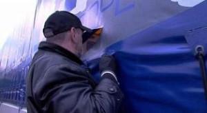 Lkw-Planenschlitzer (hier ein gestelltes Bild aus einer TV-Reportage) haben jetzt verstärkt in Unterfranken zugeschlagen