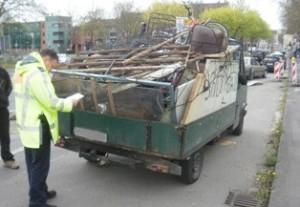 Selbst nur Schrottwert hatte dieser Kleinlaster, auf dem mangelhaft gesicherte Schrottladung transportiert wurde (Foto: Polizeipräsidium Nordhessen)