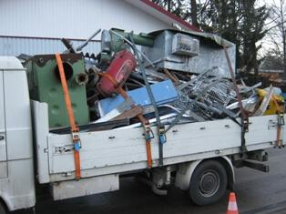 Beispiel: Gerade eine solche Schrottladung könnte, wenn nur mangelhaft gesichert, zu einem ähnlichen Unfall führen wie auf der A 7 (Foto: Archiv)