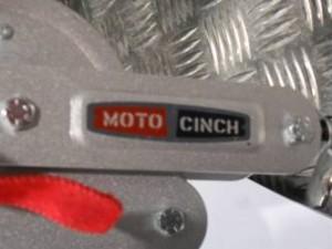 MOTO CINCH ist ein Schnellbefestigungssystem für Motorräder beim Transport auf Anhängern oder im Transporter