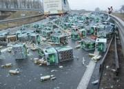 Mangelnde Ladungssicherung dürfte Ursache dafür gewesen sein, dass ein Lastzug rund 600 Kisten Bier verlor (Foto: Polizeiinspektion Delmenhorst)