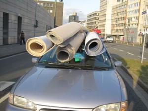 """Mit einem deftigen Bußgeld und Punkten in Flensburg muss dieser """"Teppichtransporteur"""" rechnen. Grund: Mangelnde Ladungssicherung (Foto: Polizei Hagen)"""