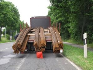 Die Stahlbündel ragten weit über die Ladefläche und das Fahrzeugheck hinaus (Foto: Polizei Mettmann)