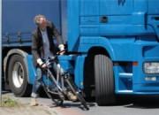 Radfahrer und Fußgänger sollen dank der Abbiege-Assistenzsysteme in Lkws gefahrloser unterwegs sein (Foto: trucker.de)