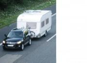 Überladene Wohnwagen lassen sich schlechter lenken und bremsen. Außerdem können Reifen heiß werden und platzen