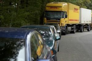 Lkw-Parkplätze sind Mangelware. Viele Trucker müssen sogar auf Wohngebiete ausweichen (Foto: Archiv)