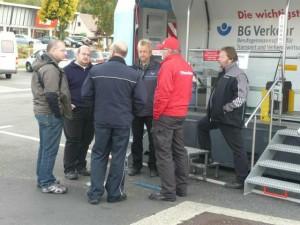 Junge Berufskraftfahrer während ihrer Ausbildung am Landesaktionstag Ladungssicherung der Hessischen Polizei in Kirchheim