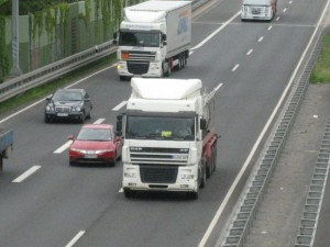 Nicht selten kommt es zu Reibungen zwischen Lkw- und Pkw-Fahrern