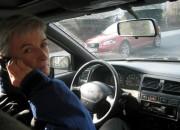 So ist´s richtig. Fahrzeug ordnungsgemäß anhalten, Motor abstellen und erst dann telefonieren.