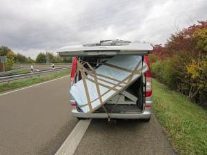 Mit komplett geöffneter Heckklappe auf der Autobahn unterwegs
