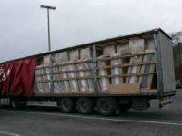 Die Ladung, in Kartons verpackte 58 Schrankwände, drückten gegen die Fahrzeugaufbauten. Ein erheblicher Verstoß gegen die Verkehrssicherheit und die Ladungssicherungsvorschriften (Foto: Polizeiautobahnstation Bad Hersfeld)