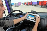 So genannte ITK-Systeme können Lkw-Fahrern und Busfahrern viele Vorteile bringen. Unfallversicherung und Berufsgenossenschaft warnen jedoch auch vor Risiken (Foto: Archiv/Trans aktuell)