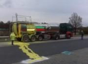 Erhitzter, flüssiger Schwefel trat während der Fahrt aus dem Tank eines Gefahrguttransporters aus (Foto: Polizeiinspektion Soltau-Fallingbostel)
