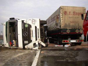 Lkw-Fahrer die ihr Fahrzeug nicht unter Kontrolle haben