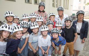 Kinder haben Helme erhalten.