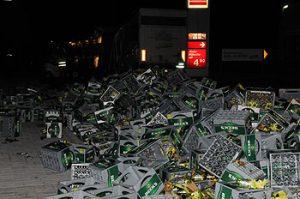 Bierkästen fallen aufgrund schlechter Ladungssicherung